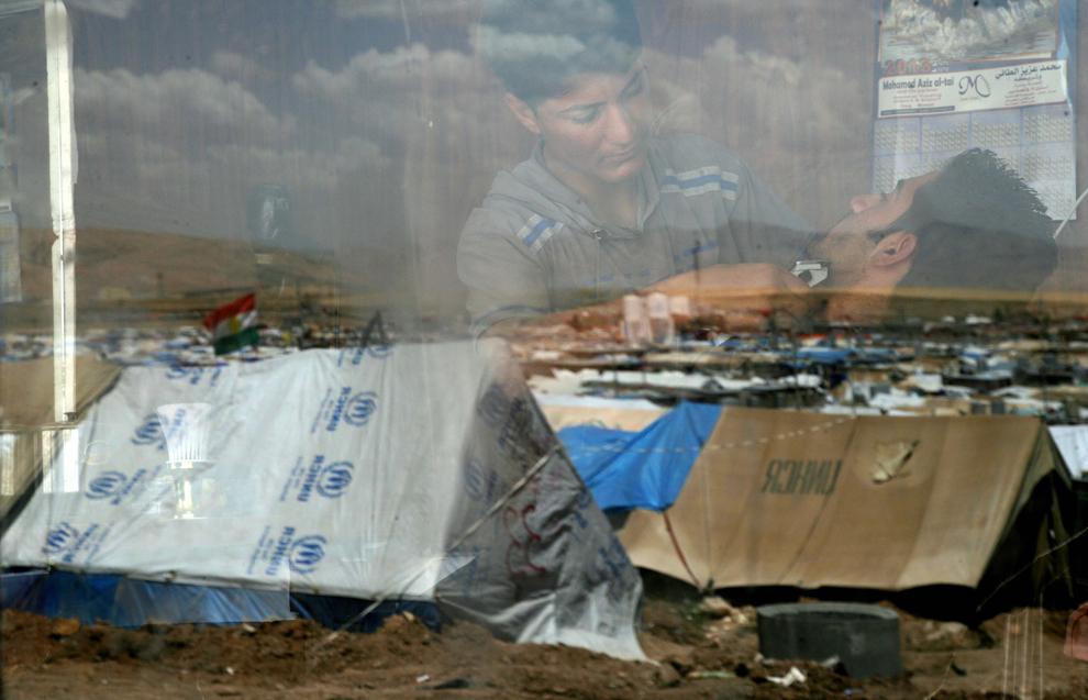 O fotografie realizată miercuri, 29 mai 2013, arată reflexia corturilor din tabăra de refugiaţi de la Domiz în geamul unei frizerii improvizate.