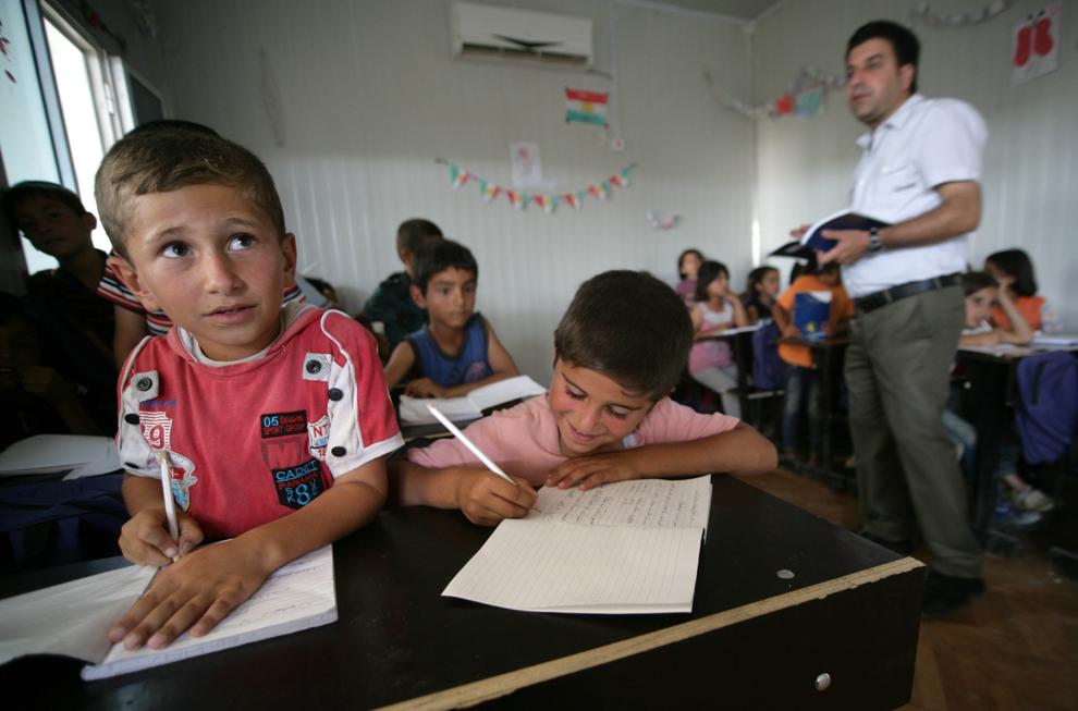 Copii sirieni iau parte la o oră de curs în tabăra de refugiaţi Domiz, la 20km est de oraşul irakian Dohuk, miercuri, 29 mai 2013.