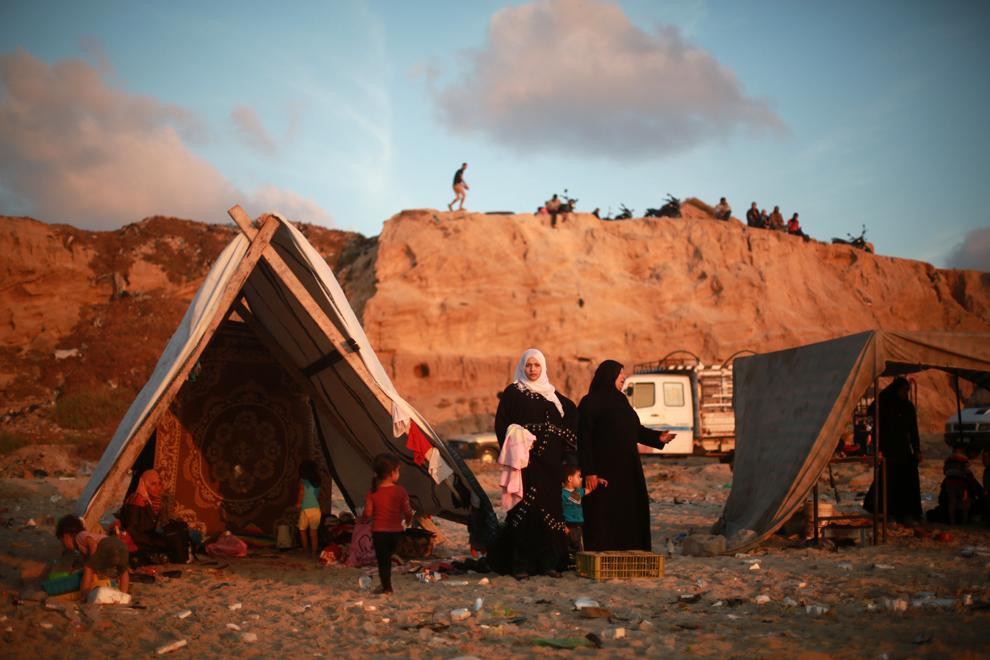 Palestinieni îşi petrec timpul pe o plajă de lângă tabăra de refugiaţi Deir al-Balah, pe ţărmul Mediteranei, în zona de centru a Fâşiei Gaza, vineri, 14 iunie 2013.