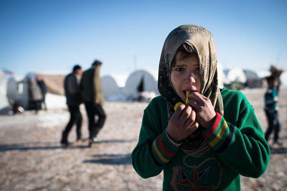 Un băiat se joacă cu un balon în tabăra siriană de refugiaţi din Azaaz, lângă graniţa cu Turcia, joi, 10 ianuarie 2013.