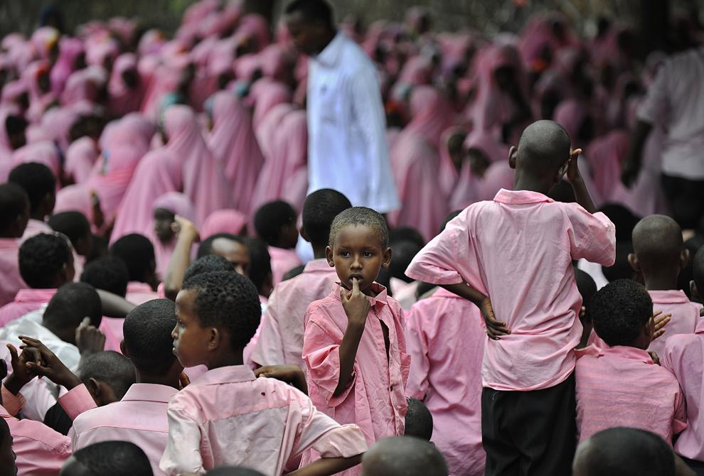 Un copil somalez stă între colegii săi în timpul unei ceremonii de premiere la şcoala primară Undugu din tabăra pentru refugiaţi Dadaab din nordestul Kenyei, vineri, 12 aprilie 2013.