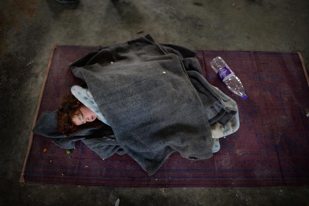 O fetiţă doarme în timp ce noi refugiaţi sirieni sosesc la centrul organizaţiei internationale pentru migraţie, în tabăra Za'atari din Iordania, miercuri, 30 ianuarie 2013.