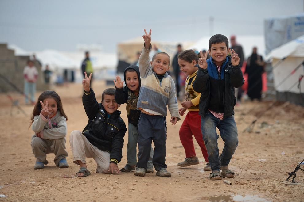 Copii din tabăra iordaniană pentru refugiaţi sirieni Za'atari pozează, vineri, 1 februarie 2013.