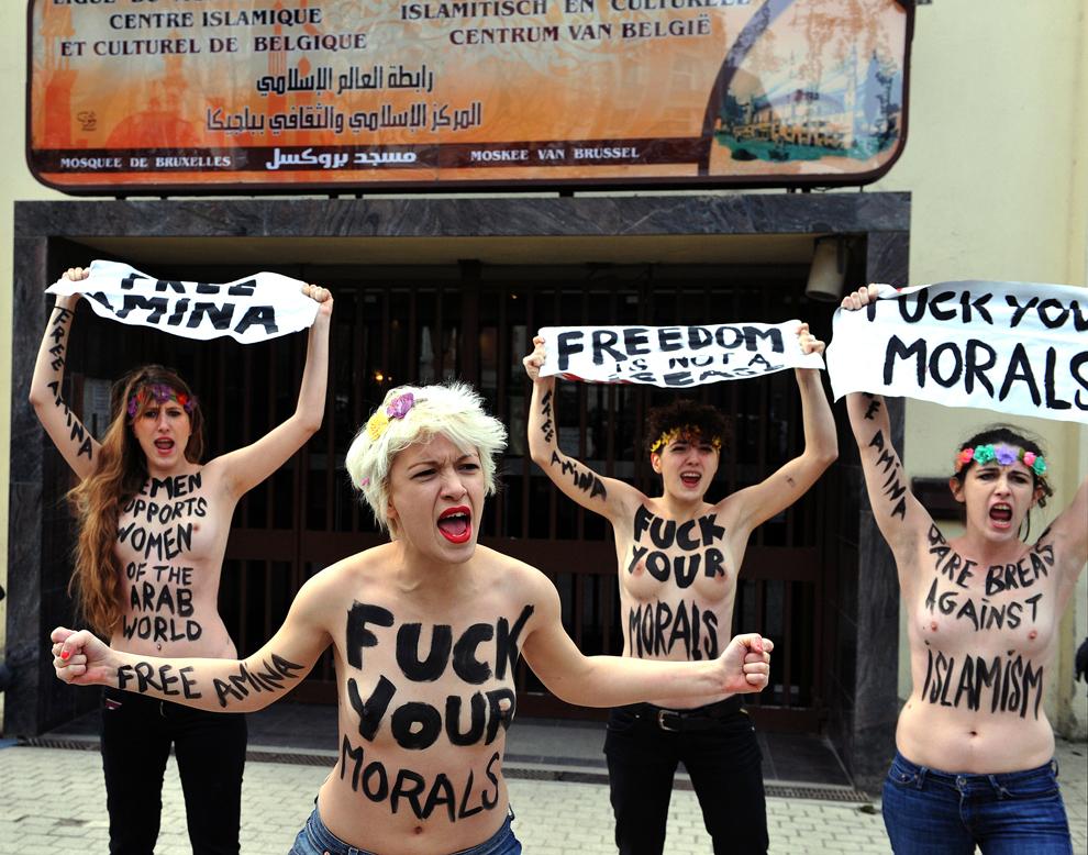 Activiste ce fac parte din mişcarea Femen strigă sloganuri  anti islamiste, în faţa unei moschei din Bruxelles, joi, 4 aprilie 2013.