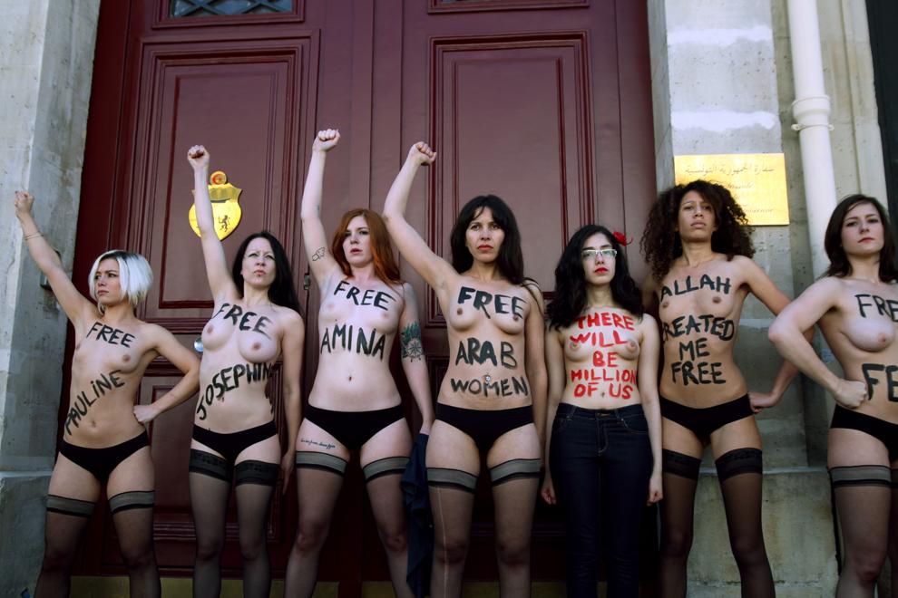 Activista egipteană Aliia Elmahdy (a treia de la dreapta) şi alte membre Femen iau parte la un protest organizat în Paris, în faţa ambasadei Tunisiei, miercuri, 5 iunie 2013.