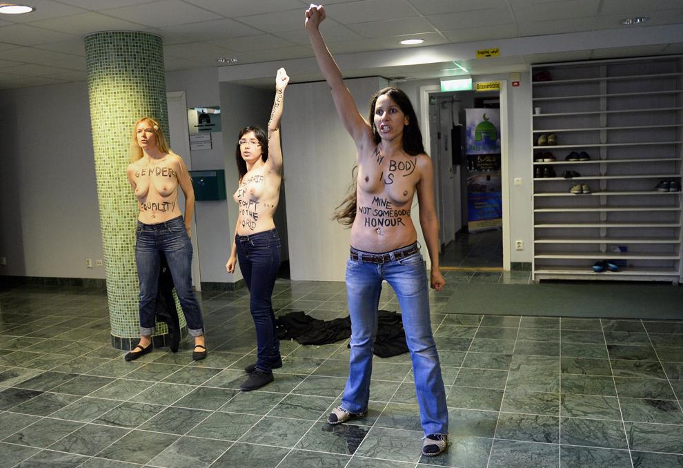 Activista egipteană Aliia Elmahdy (C) şi alte 2 membre Femen iau parte la un protest organizat într-o moschee din Stockholm, Suedia, sâmbătă, 29 iunie 2013.
