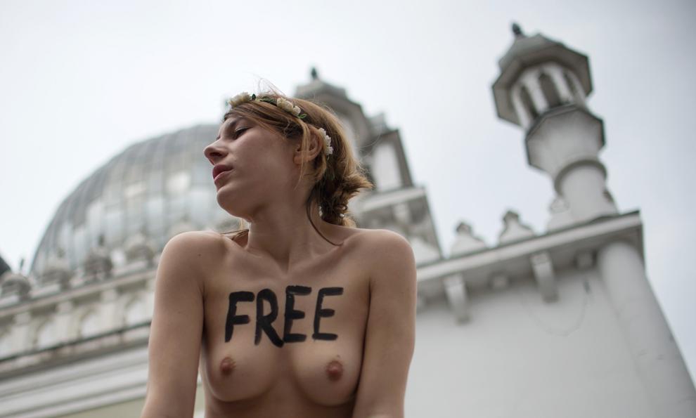 O activistă, membră a grupării feministe Femen, protestează în faţa moscheei Ahmadiyya, în Berlin, joi, 4 aprilie 2013.