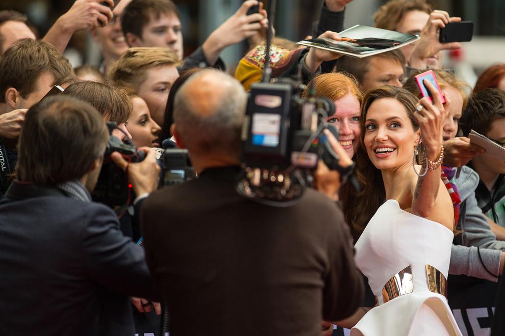 Actriţa americană Angelina Jolie pozează cu fanii la premiera filmului 'World War Z', care a avut loc la cinematograful Cinestar din Berlin, marţi, 4 iunie 2013.