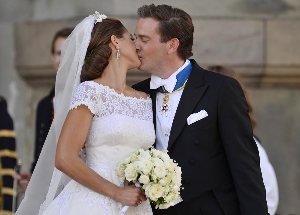 Prinţesa Medeleine a Suediei şi Christopher O'Neill se sărută în faţa capelei în care a fost oficiată cununia lor religioasă , la palatul regal din Stockholm, sâmbătă, 8 iunie 2013.