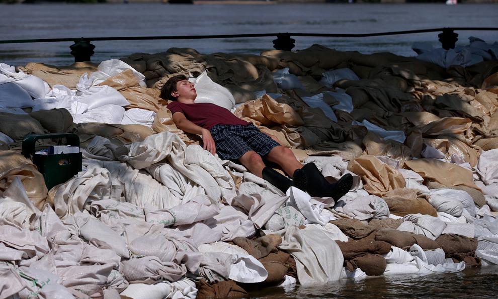 Un voluntar se odihneşte pe digul ridicat în apropierea râului Elba, în Magdeburg, estul Germaniei, duminică, 9 iunie 2013.