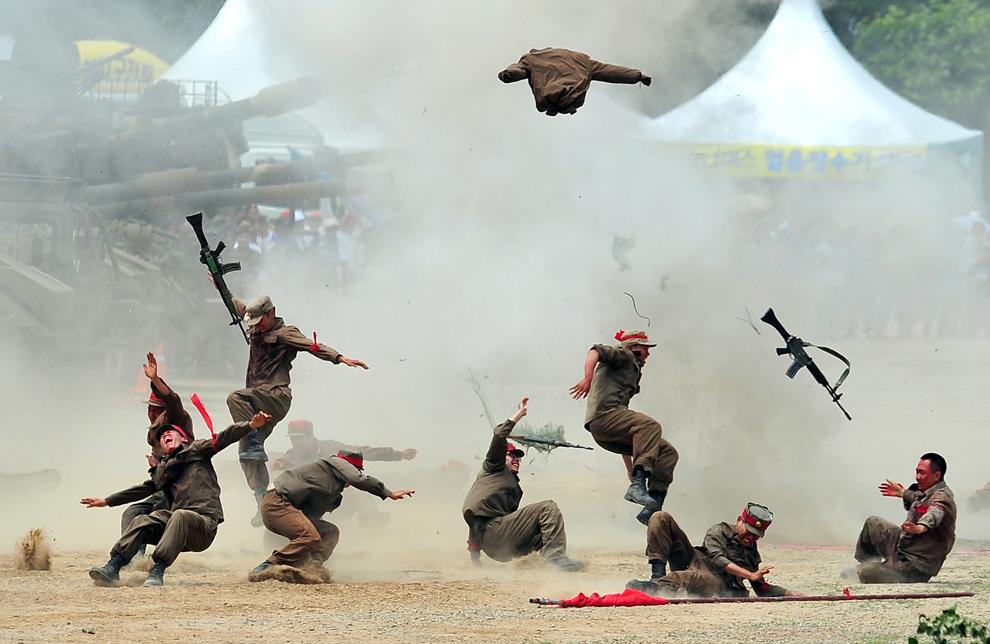Soldaţi sud-coreeni participă la o reconstituire a bătăliei de la Chuncheon, care a avut loc la începutul Războiului din Coreea (1950 – 1953), pentru a marca cea de-a 63-a aniversare, în Chuncheon, sâmbătă, 22 iunie 2013.