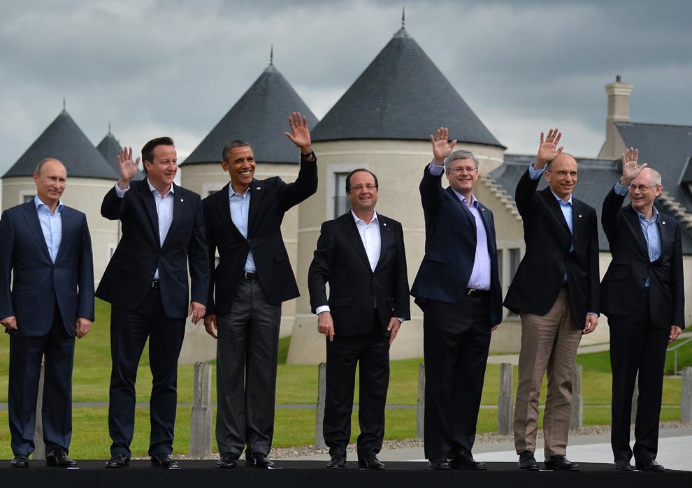 Preşedintele rus, Vladimir Putin (S), premierul britanic, David Cameron (S2), preşedintele american, Barack Obama (CS), preşedintele francez, Francois Hollande (C), premierul canadian, Stephen Harper (CD), premierul italian, Enrico Letta (D2), şi preşedintele Consiliului European, Herman Van Rompuy (D), salută jurnaliştii de pe podium cu ocazia fotografiei de familie, în cea de-a doua zi a summit-ului G8, în staţiunea Lough Erne din Irlanda de Nord, marţi, 18 iunie 2013.
