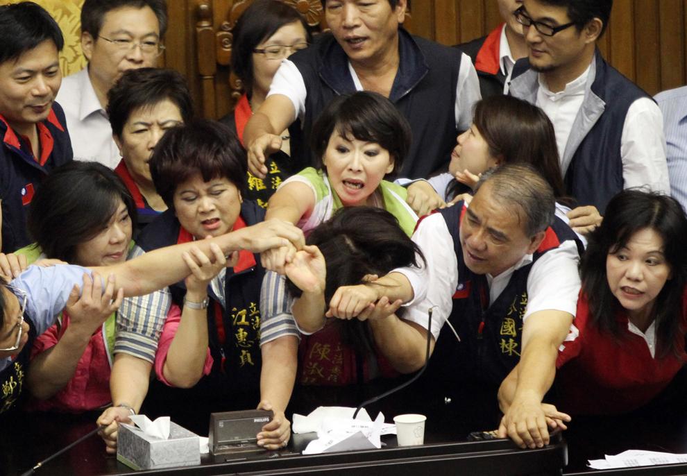 Parlamentari taiwanezi aparţinând partidului aflat la putere, Kuomintang, şi cei aflaţi în opoziţie încearcă să ocupe tribuna Parlamentului, în Taipei, marţi, 25 iunie 2013.