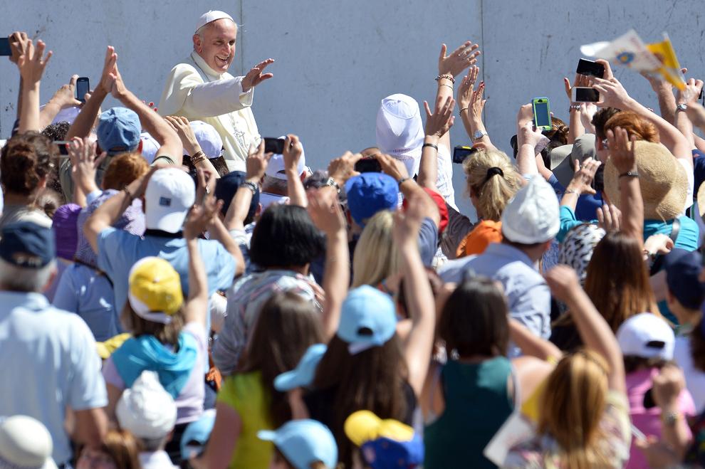 Papa Francisc salută credincioşii adunaţi în piaţa Sfântul Petru de la Vatican, în timpul audienţei sale generale, miercuri, 12 iunie 2013.