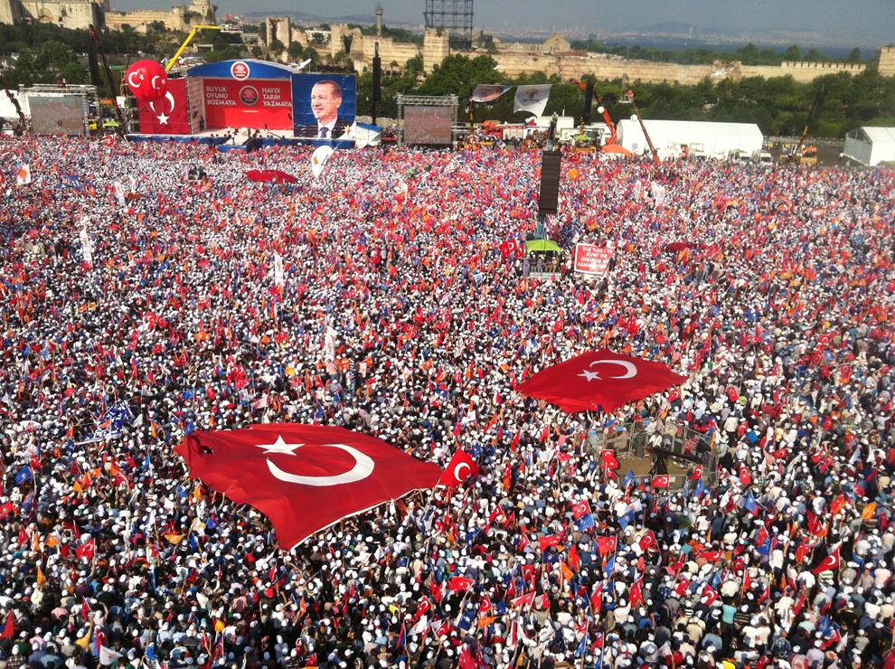 Mii de persoane ascultă un discurs al premierului turc Recep Tayyip Erdogan, în timpul unui miting organizat în zona Kazlicesma din Istanbul, duminică, 16 iunie 2013.