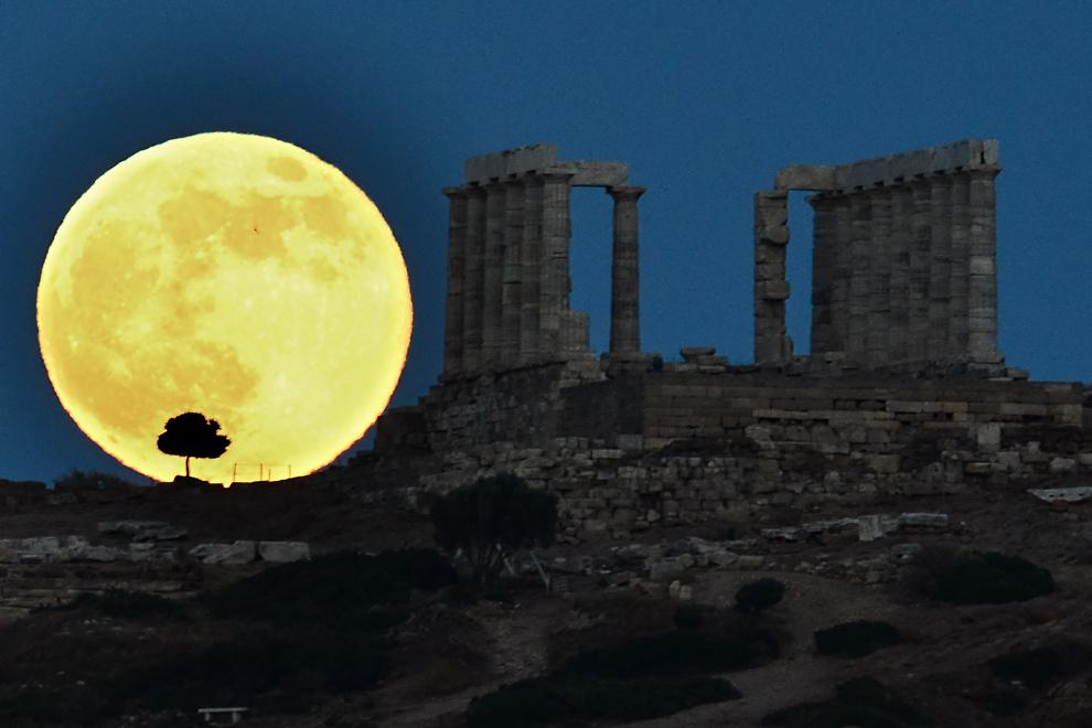 Fenomenul astronomic cunoscut sub numele de SuperLună poate fi văzut în apropierea templului antic al lui Poseidon, în Sounion, la 65 de km de Atena, duminică, 23 iunie 2013.