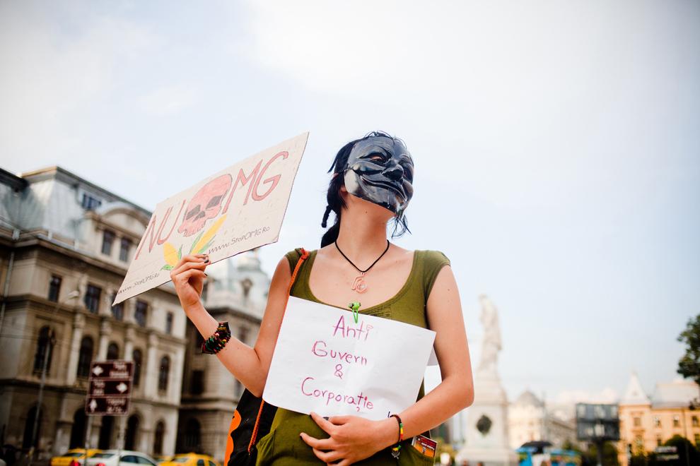 O tânără, cu masca Guy Fawkes pe faţă, participă la un protest împotriva exploatării gazelor de şist prin fracturare hidraulică şi a organismelor modificate genetic, organizat cu ocazia Zilei Mondiale a Mediului, în Bucureşti, miercuri, 5 iunie 2013.