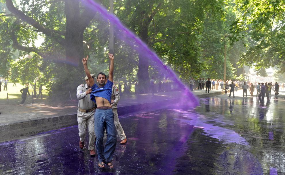 Un tun cu apă este folosit pentru a dispersa protestatarii, în timpul unui protest al angajaţilor guvernamentali, în Srinagar, India, sâmbătă, 22 iunie 2013.