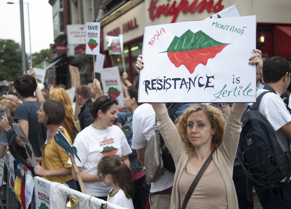 Persoane protestează faţă de exploatarea minereurilor din perimetrul Roşia Montană, în Londra, duminică, 1 septembrie 2013.