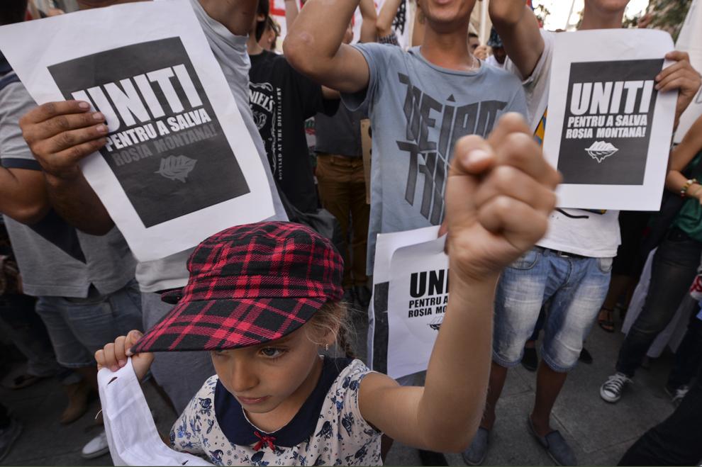 O fetiţă protestează faţă de exploatarea minereurilor din perimetrul Roşia Montană, în Bucureşti, duminică, 1 septembrie 2013.