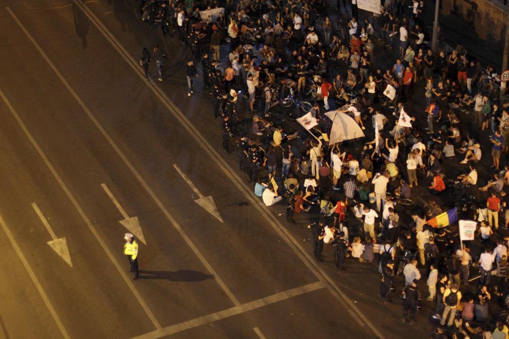 Câteva sute de persoane ocupă carosabilul, având corturi instalate şi protestând faţă de exploatarea minereurilor din perimetrul Roşia Montană, în Bucureşti, duminică, 1 septembrie 2013.