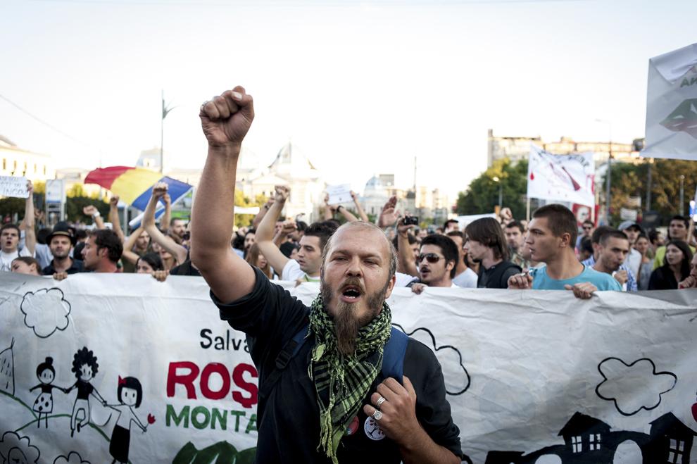 """Mihnea Blidariu, activist în campania """"Salvati Roşia Montană"""" şi component al formaţiei Luna Amară, protestează faţă de exploatarea minereurilor din perimetrul Roşia Montană, în Bucureşti, duminică, 1 septembrie 2013."""