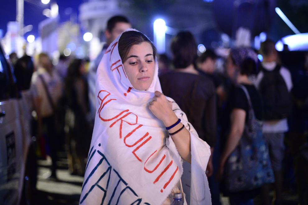 O tânără participă la protestul faţă de exploatarea minereurilor din perimetrul Roşia Montană, în Bucureşti, luni, 2 septembrie 2013.
