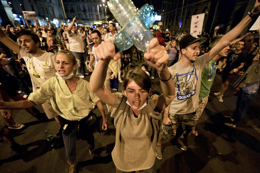 Tineri scandează lozinci în mijlocul Bulevardului Regina Elisabeta, în timpul unui protest faţă de exploatarea minereurilor din perimetrul Roşia Montană, în Bucureşti, luni, 2 septembrie 2013.