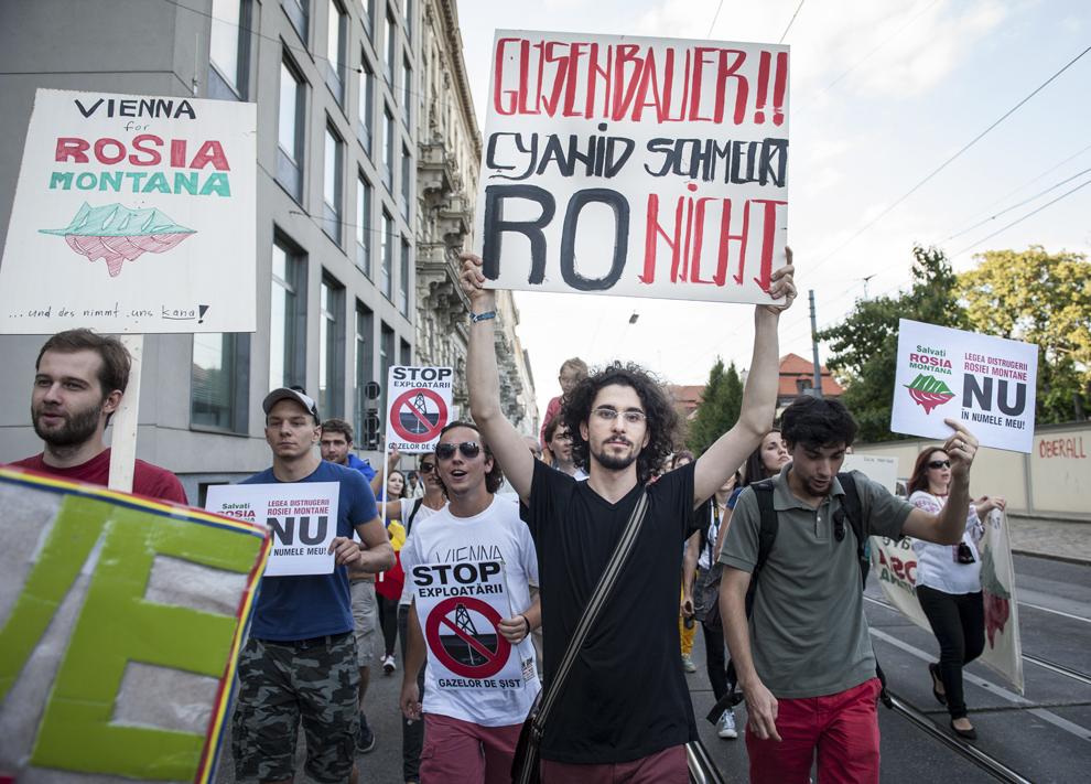 Persoane protestează faţă de exploatarea minereurilor din perimetrul Roşia Montană, în Viena, Austria, vineri, 6 septembrie 2013.