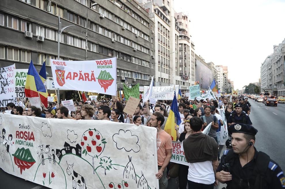 Oameni protestează faţă de exploatarea minereurilor din perimetrul Roşia Montană, pe bulevardul Gheorghe Magheru din Bucureşti, duminică, 8 septembrie 2013.