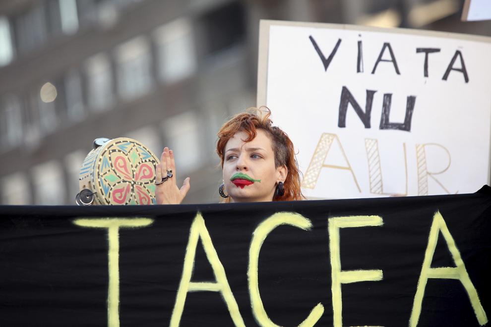 Persoane participă la un protest faţă de proiectul de la Roşia Montană, în Piaţa Victoriei din Timişoara, duminică, 8 septembrie 2013.