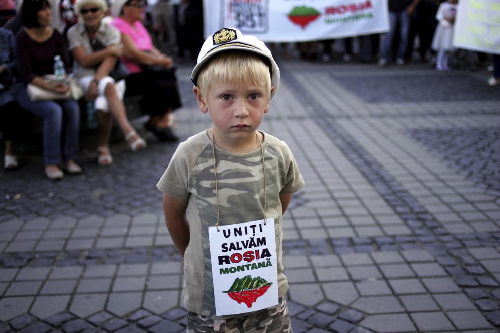 Un copil participă la protestul faţă de exploatarea minereurilor din perimetrul Roşia Montană, în Piaţa Mare din Sibiu, duminică, 8 septembrie 2013.