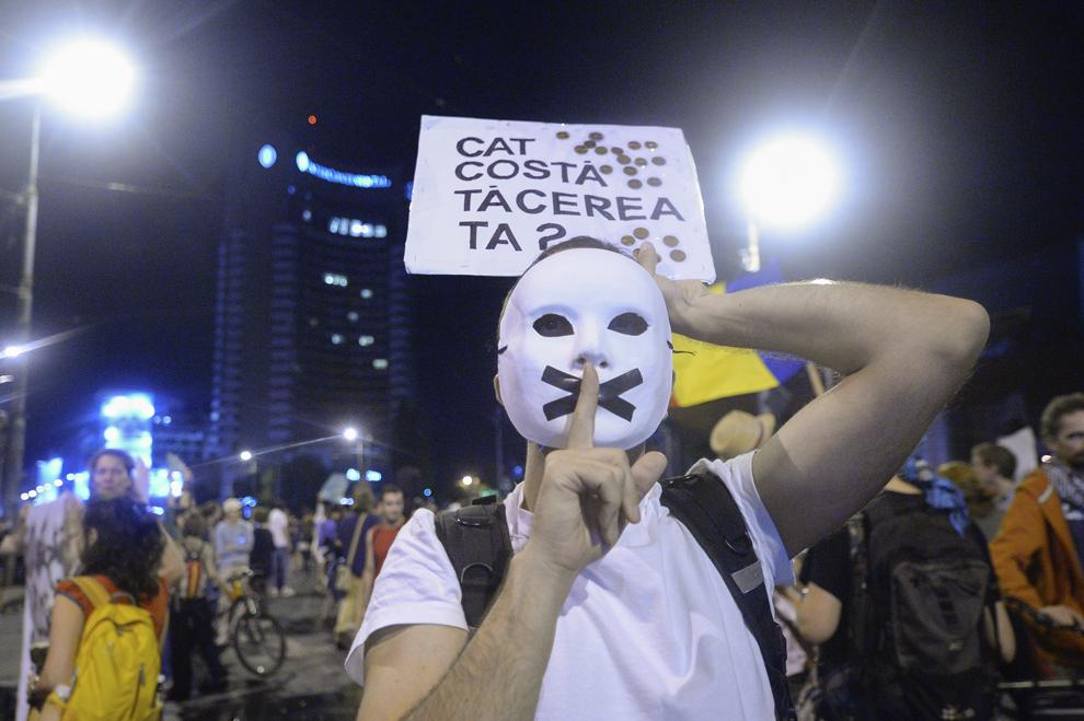 Un bărbat cu masca pe faţă, participă la protestul faţă de exploatarea minereurilor din perimetrul Roşia Montană, în Bucureşti, duminică, 8 septembrie 2013.