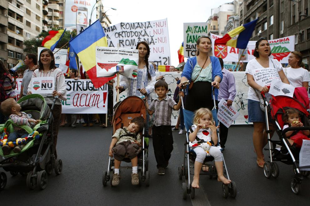 Persoane protestează faţă de exploatarea minereurilor din perimetrul Roşia Montană, în Bucureşti, duminică, 8 septembrie 2013.