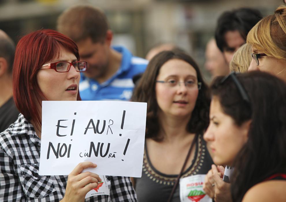 Persoane protestează faţă de exploatarea minereurilor din perimetrul Roşia Montană, în Piaţa Unirii din Iaşi, duminică, 1 septembrie 2013.