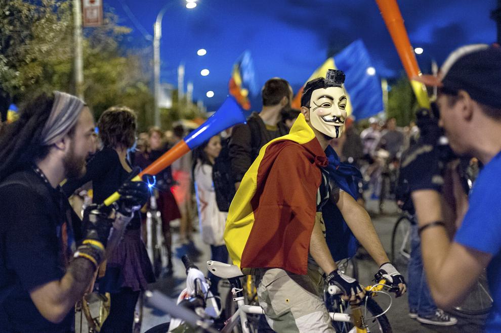 Manifestanţi care se opun proiectului minier de la Roşia Montană demonstrează, în a cincisprezecea zi a protestului, în Bucureşti, duminică, 15 septembrie 2013.