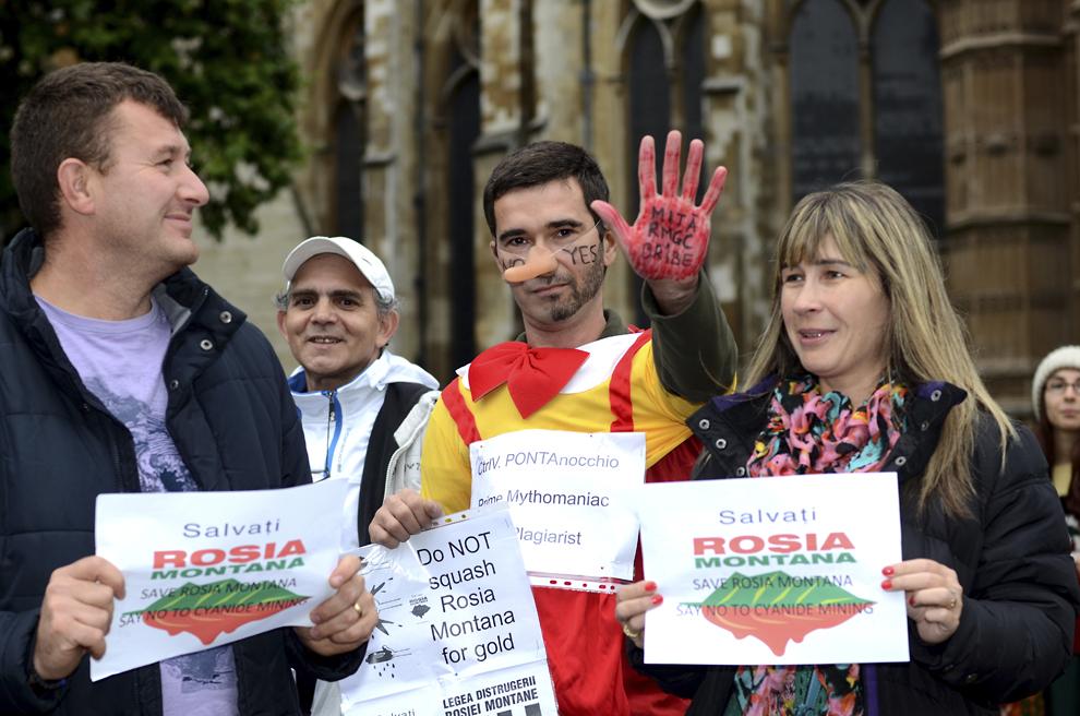 Românii din Londra protestează împotriva proiectului Roşia Montană, în faţă Palatului Westminster, sediul Parlamentului Marii Britanii, duminică, 15 septembrie 2013.