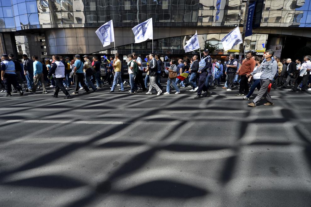 Persoane strigă lozinci în timpul unui protest al sindicaliştilor din transporturi, în faţa Palatului Victoria din Bucureşti, miercuri, 18 septembrie 2013.