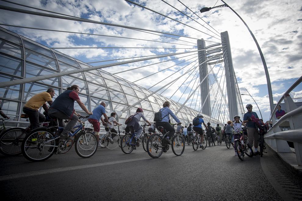 Ciclişti participă la Marşul Bicicliştilor, în Bucureşti, sâmbătă, 21 septembrie 2013. Peste 5.000 de biciclişti au participat la un marş de protest, ei cerând amenajarea pistelor speciale pe carosabil, precum şi demisia primarului Sorin Oprescu.