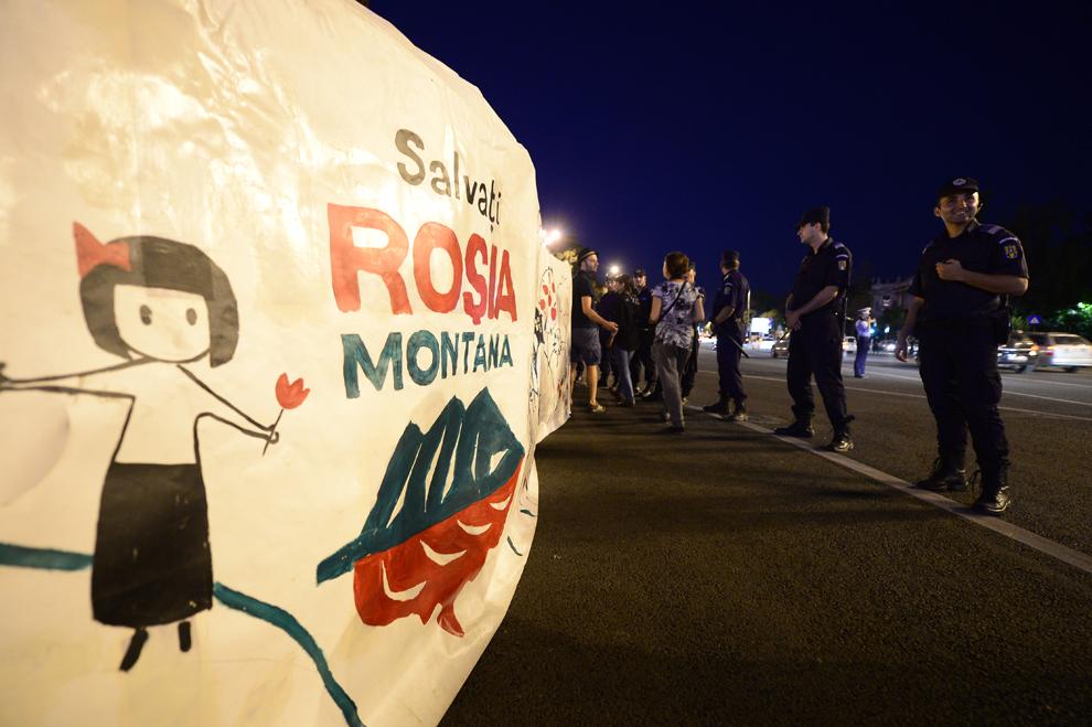 Jandarmi formează un cordon în faţa protestatarilor care scandează în faţa sediului Guvernului împotriva exploatarii minereurilor din perimetrul Roşia Montană, în Bucureşti, duminică, 1 septembrie 2013.