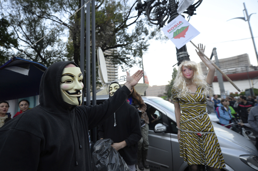 Un manechin care o reprezintă pe Daciana Sârbu, poate fi văzut în Piaţa Universităţii din Bucureşti, în timpul unui protest faţă de exploatarea de la Roşia Montană, duminică, 22 septembrie 2013.