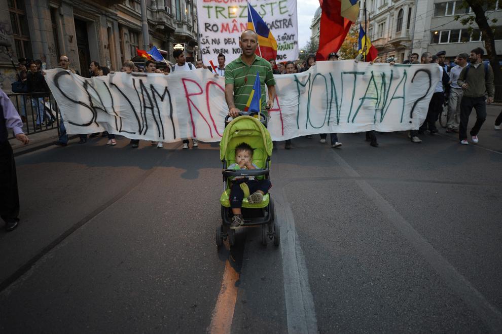Un bărbat care împinge un cărucior participă la protestul faţă de exploatarea de la Roşia Montană, în Piaţa Universităţii din Bucureşti, duminică, 22 septembrie 2013.