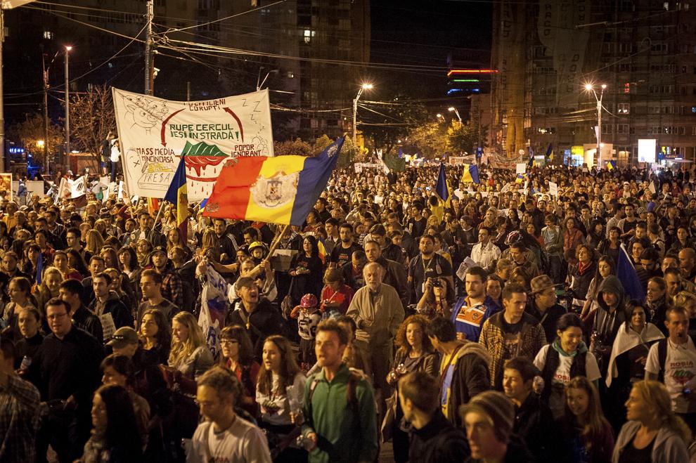 Persoane demonstrează în cea de-a 22-a zi de proteste faţă de proiectul minier de la Roşia Montană, în Bucureşti, duminică, 22 septembrie 2013.