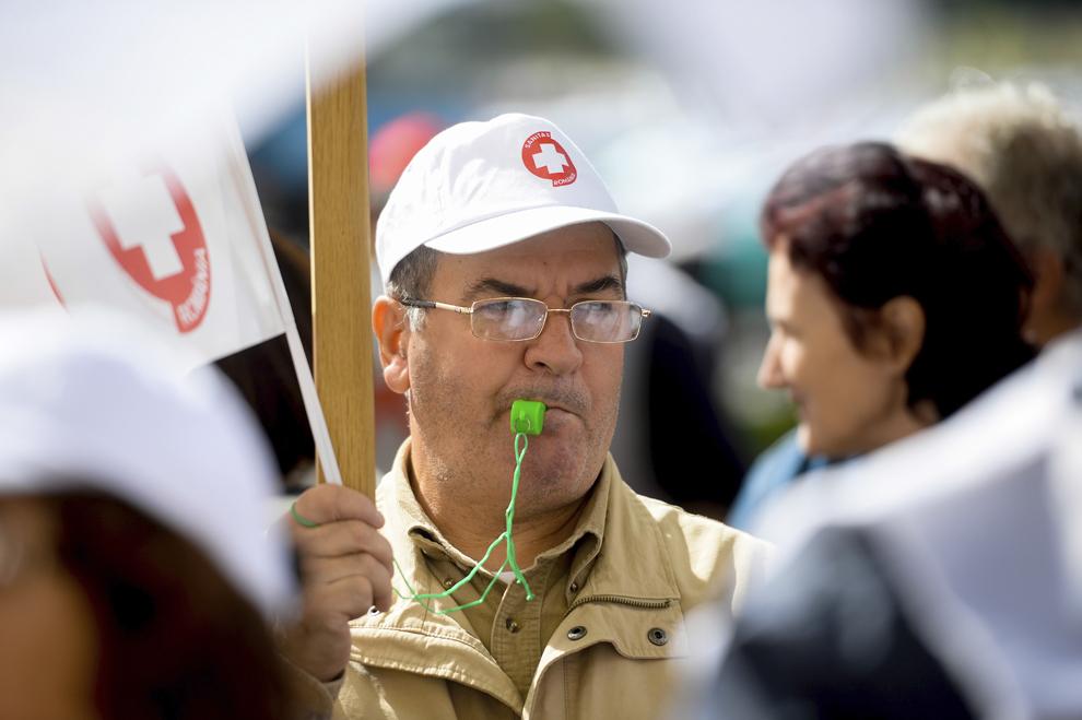 Angajaţi în sistemul sanitar protestează în faţa sediului Ministerului Finanţelor Publice, în Bucureşti, luni, 23 septembrie 2013.