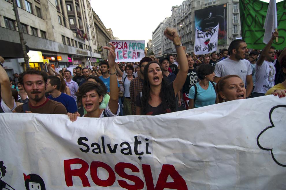 Persoane protestează faţă de exploatarea minereurilor din perimetrul Roşia Montană, în Bucureşti, duminică, 1 septembrie 2013.