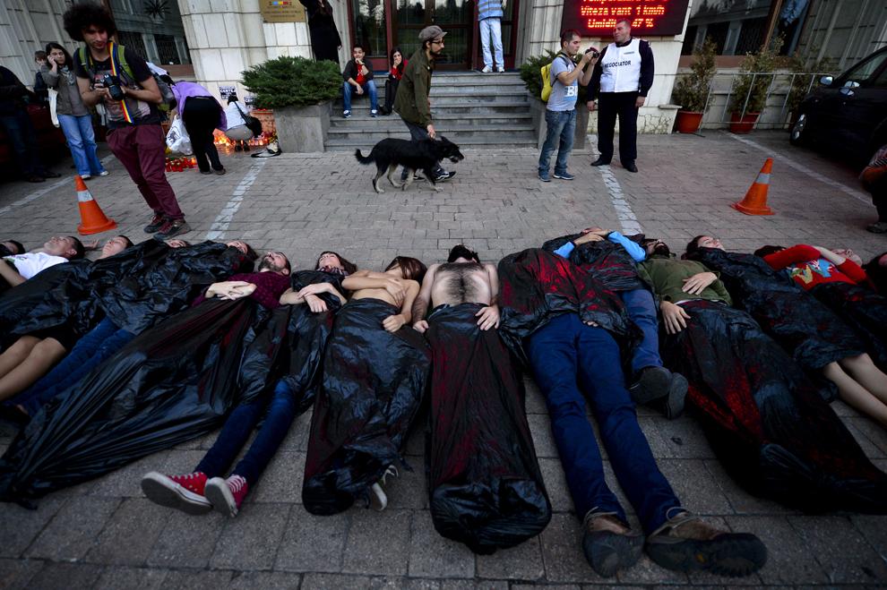 Activişti ce se opun proiectului de exploatare auriferă de la Roşia Montană participă la un moment de reculegere pentru victimele accidentului ecologic de la Certej, in faţa Ministerului Mediului din Bucureşti, miercuri, 30 octombrie 2013.
