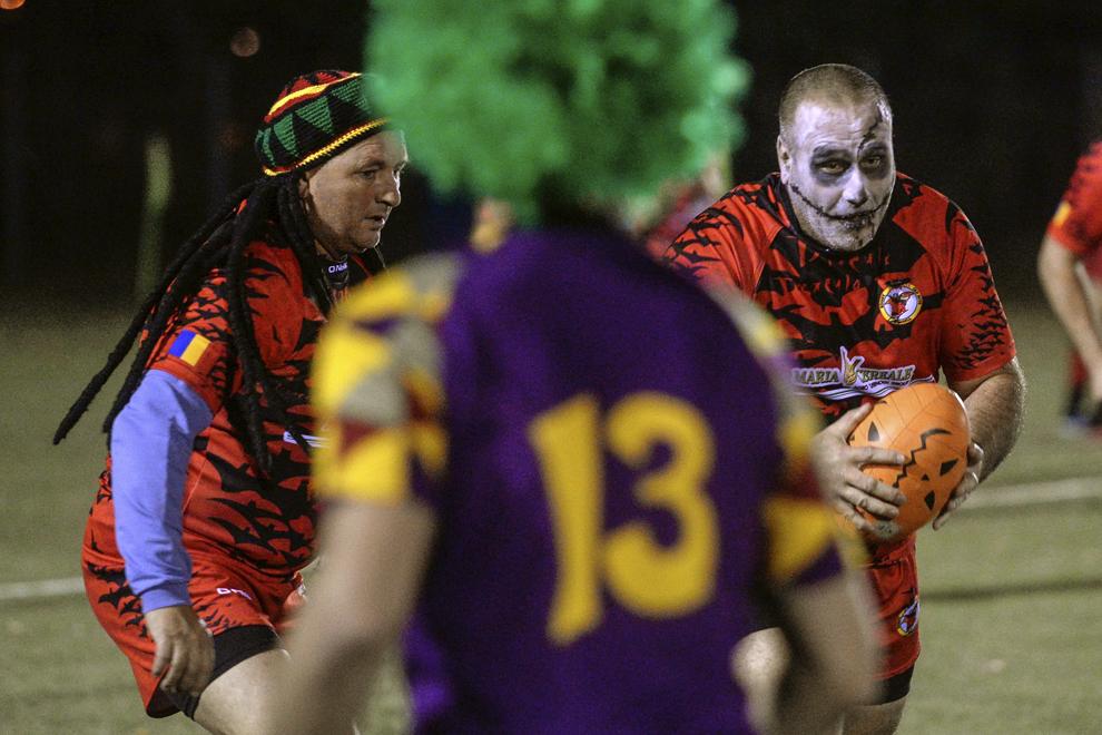 Membrii echipelor de rugby Arlechinii Bucureşti şi Dracula Old Boys, în costume tradiţionale de Halloween, dispută un meci demonstrativ pe Stadionul Arcul de Triumf din Bucureşti, joi, 30 octombrie 2013.