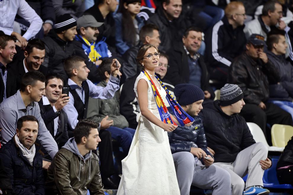 O mireasă urmareşte meciul Corona Braşov - Steaua Bucureşti, din etapa a XIII-a a Ligii I, disputat în Braşov, sâmbătă, 2 noiembrie 2013.