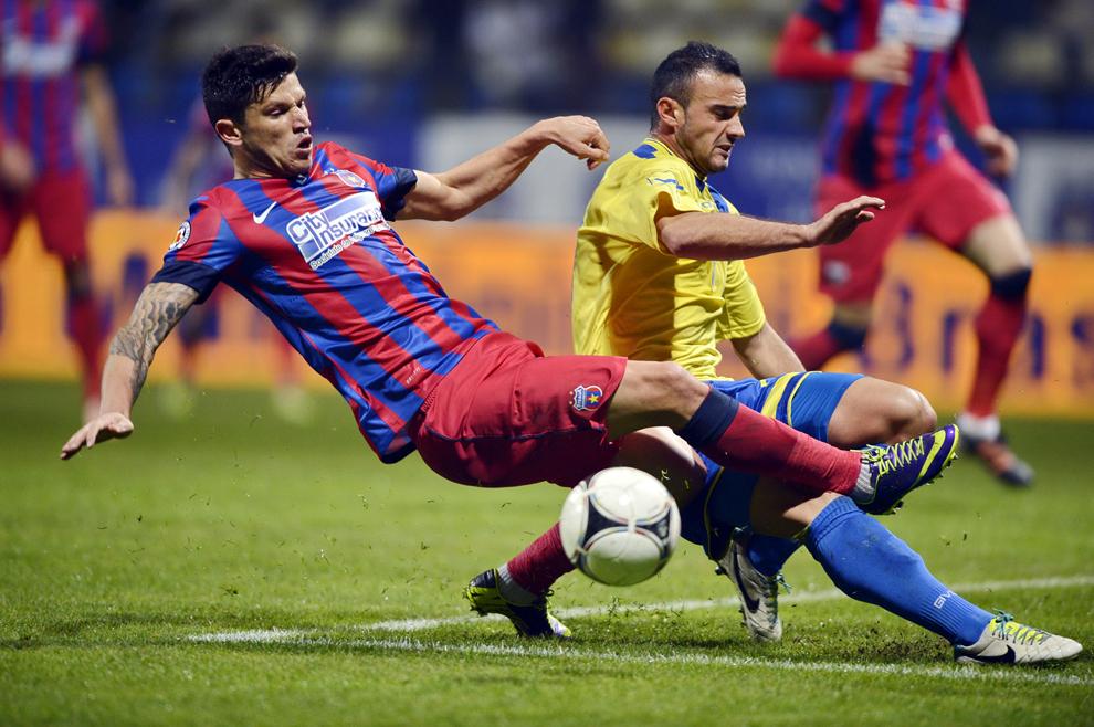 Cristian Tănase (S), de la Steaua Bucureşti, se luptă pentru balon cu un jucător de la Corona Brasov, în timpul meciului din etapa a XIII-a a Ligii I, disputat în Braşov, sâmbătă, 2 noiembrie 2013.