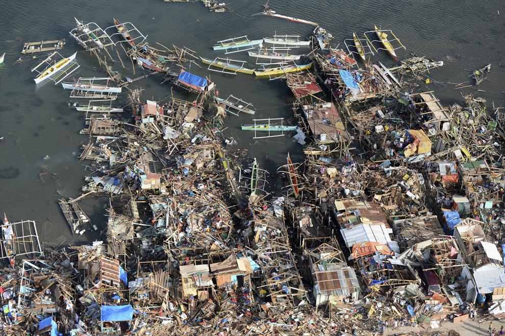 Fotografie aeriană ce arată case distruse din oraşul  Guiuan, în provincia Samar, Filipine, luni, 11 noiembrie 2013.